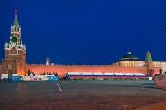МОСКВА, РОССИЯ - 30-ОЕ АПРЕЛЯ 2018: Взгляд башни Spasskaya Москвы Кремля и дворца сената красный квадрат Часы Стоковые Изображения