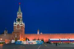 МОСКВА, РОССИЯ - 30-ОЕ АПРЕЛЯ 2018: Взгляд башни Spasskaya Москвы Кремля от красной площади Стоковые Фотографии RF
