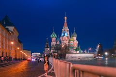 МОСКВА, РОССИЯ - 30-ОЕ АПРЕЛЯ 2018: Взгляд собора ` s базилика St на красной площади и прифронтовом месте Выравнивающся, перед за Стоковая Фотография