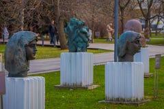 МОСКВА, РОССИЯ 24-ОЕ АПРЕЛЯ 2018: Взгляд современных головных скульптур в упаденном парке памятника также известном как парк Muze Стоковые Фотографии RF