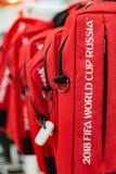 МОСКВА, РОССИЯ - 21-ое апреля 2018: Красная сумка компьтер-книжки в сувенирном магазине с кубком мира ФИФА 2018 mundial символов  Стоковое фото RF
