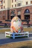 Москва, Россия - 15-ое апреля 2018: крупноразмерное декоративное пасхальное яйцо установленное на квадрат революции во время фест Стоковое Изображение RF