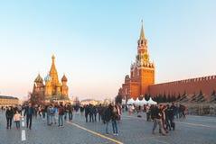 МОСКВА, РОССИЯ 15-ое апреля 2018 Множества путешественники, прогулка через красную площадь в Москве и шанс посетить и Стоковое Фото