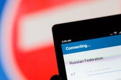 МОСКВА, РОССИЯ - 17-ОЕ АПРЕЛЯ 2018: Мобильный телефон в руке с ` ` применения телеграммы соединяясь на предпосылке  Стоковое Изображение