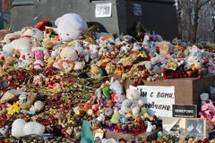 МОСКВА, РОССИЯ, 6-ое апреля 2018, сымпровизированный мемориал к тем убитым в огне в Kemerovo стоковая фотография