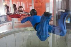 МОСКВА, РОССИЯ, 11-ОЕ АПРЕЛЯ 2012: skydivers имеют тренировку в вертикальной аэродинамической трубе Стоковое Фото
