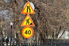 Москва, Россия, 15-ое апреля 2017 Временное ` узких частей дороги ` дорожных знаков вперед, ` дорожных работ `, ограничение в ско Стоковое Изображение RF
