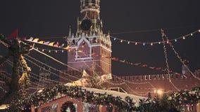 МОСКВА, РОССИЯ - 6-ОЕ ДЕКАБРЯ: Рождество справедливое на красной площади в Москве, башне Spasskaya на предпосылке сток-видео