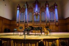 Москва, Россия 30-ое декабря 2017: Сцена большого зала консерватории Tchaikovsky с музыкальными инструментами Стоковые Фотографии RF