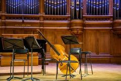 Москва, Россия 30-ое декабря 2017: Сцена от большой залы консерватории Tchaikovsky с концом-вверх музыкальных инструментов Стоковое Изображение