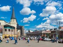 МОСКВА, РОССИЯ - 24-ое июля 2017 Люди идут вдоль квадрата Komsomolskaya около железнодорожного вокзала Yaroslavsky стоковые изображения rf