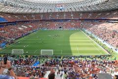 МОСКВА, РОССИЯ - 26-ое июня 2018: вентиляторы празднуя во время игры c группы кубка мира между Францией и Данией a стоковые изображения rf