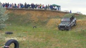 Москва, Россия 9-ое июня: Гонка SUVs на грязи Водитель состязаясь в внедорожной конкуренции 4x4 SUV управляя через грязь Стоковые Фотографии RF