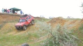 Москва, Россия 9-ое июня: Гонка SUVs на грязи Водитель состязаясь в внедорожной конкуренции 4x4 SUV управляя через грязь Стоковые Изображения RF