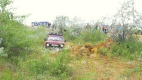 Москва, Россия 9-ое июня: Гонка SUVs на грязи Водитель состязаясь в внедорожной конкуренции 4x4 SUV управляя через грязь Стоковая Фотография