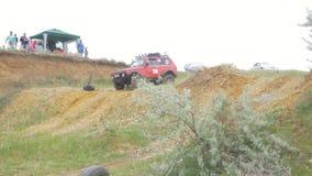 Москва, Россия 9-ое июня: Гонка SUVs на грязи Водитель состязаясь в внедорожной конкуренции 4x4 SUV управляя через грязь Стоковое Изображение