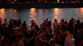 Москва, Россия 29-ое июня 2018: Горячая ноча лета в парке Gorky во время ФИФА 2018 Люди танцуют около реки Москвы, около акции видеоматериалы