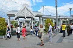 Москва, Россия, 12-ое июня 2017, люди идя на рынок праздника на Manezhnaya придает квадратную форму во время времен ` фестиваля и Стоковое Изображение RF