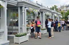 Москва, Россия, 12-ое июня 2017, люди идя на рынок праздника на Manezhnaya придает квадратную форму во время времен ` фестиваля и Стоковая Фотография