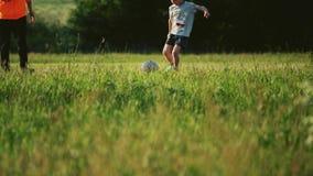 МОСКВА, РОССИЯ - 16-ОЕ ИЮНЯ 2018 Мальчик нося футболку кубка мира ФИФА пинает футбол, съемку замедленного движения видеоматериал