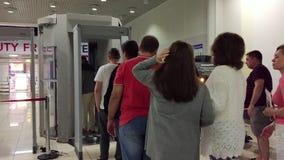 Москва, Россия - 26-ое июня 2017 Проверка безопасности в авиапорте Отдел безопасности просматривать людей пассажиры акции видеоматериалы