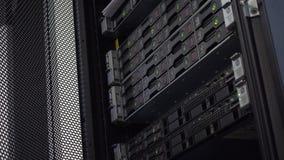 МОСКВА, РОССИЯ - 5-ое июня 2019: Сервер лезвия в хранении жестких дисков группы шкафа в комнате центра данных интернета Мерцание сток-видео