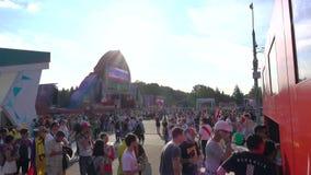 МОСКВА, РОССИЯ - 16-ОЕ ИЮНЯ 2018 Футбольные болельщики на фестивале вентилятора ФИФА видеоматериал