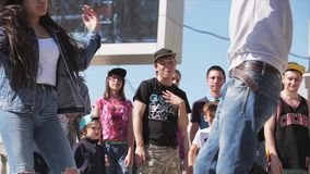 МОСКВА, РОССИЯ - 6-ОЕ ИЮНЯ 2015: Хмель танца 2 девушек тазобедренный на этапе сток-видео
