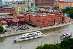 Москва, Россия - 25-ое июля 2017 Взгляд сверху здания красного цвета октября фабрики кондитерскаи Стоковое Изображение RF