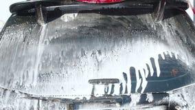 МОСКВА, РОССИЯ 25-ОЕ МАРТА 2019: Видео замедленного движения процесса стирки автомобиля на мойке самообслуживания Двигатель воды сток-видео