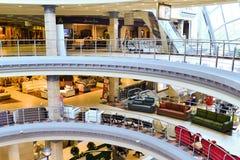 МОСКВА, РОССИЯ - 5-ОЕ МАРТА 2015: Внутренний торговый комплекс мебели грандиозный Торговый центр мебели ГРАНДИОЗНЫЙ - самая больш Стоковое Фото