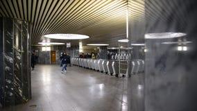 Москва, Россия - 10-ое марта 2016 Выйдите через турникеты на кольце Kurskaya станции метро видеоматериал