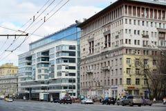 Москва, Россия - 14-ое марта 2016 Деловый центр Citydel и дома сталинист архитектуры на саде звенят Стоковая Фотография