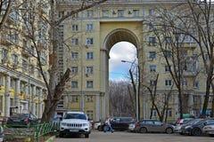 Москва, Россия - 14-ое марта 2016 Жилой дом с сводом на стене Zemlyanoy улицы - попробуйте сталинист архитектуру Стоковые Фото