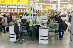 МОСКВА, РОССИЯ - 14-ОЕ МАРТА: Люди оплачивают для товаров на проверке в Лерое Мерлине Стоковые Фото