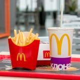 Москва, Россия, 15-ое марта 2018: Меню гамбургера Mac ` s McDonald большие, фраи француза и кока-кола Стоковое фото RF