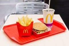 Москва, Россия, 15-ое марта 2018: Меню гамбургера Mac ` s McDonald большие, фраи француза и кока-кола Стоковые Фото