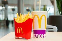 Москва, Россия, 15-ое марта 2018: Меню гамбургера Mac ` s McDonald большие, фраи француза и кока-кола Стоковая Фотография RF