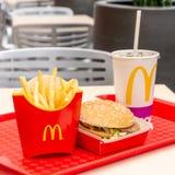Москва, Россия, 15-ое марта 2018: Меню гамбургера Mac ` s McDonald большие, фраи француза и кока-кола Стоковое Изображение RF