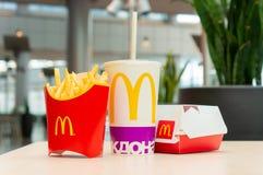 Москва, Россия, 15-ое марта 2018: Меню гамбургера Mac ` s McDonald большие, фраи француза и кока-кола Стоковые Фотографии RF