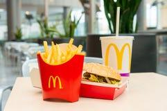 Москва, Россия, 15-ое марта 2018: Меню гамбургера Mac ` s McDonald большие, фраи француза и кока-кола Стоковые Изображения RF