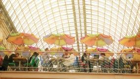 МОСКВА, РОССИЯ - 9-ОЕ МАРТА 2017 Ретро кафе с зонтиками в известной исторической КАМЕДИ универмага около красной площади акции видеоматериалы