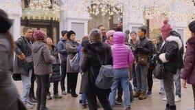 Москва, Россия - 21-ое марта 2019: туристы группы азиатские фотографируя декоративное освещение на улице города перемещать акции видеоматериалы