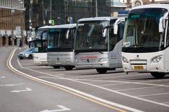 МОСКВА, РОССИЯ - 10-ОЕ МАЯ 2017: Автостоянка туристического автобуса на str Москвы Стоковые Изображения RF