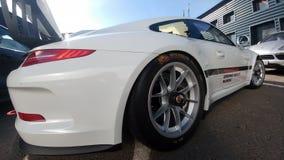 Москва, Россия - 5-ое мая 2019: Белая чашка Порше 911 GT3 RS припаркованная на улице Супер настроенный и полностью доработанный г стоковое фото rf