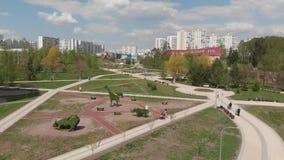 Москва, Россия - 7-ое мая 2019 Бульвар в 16 районе Zelenograd после реконструкции акции видеоматериалы