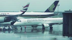 МОСКВА, РОССИЯ - 29-ОЕ МАЯ 2018: Воздушные судн буксируя в аэропорте к взлетно-посадочной дорожке ненастная погода движение медле сток-видео