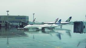 МОСКВА, РОССИЯ - 29-ОЕ МАЯ 2018: Воздушные судн буксируя в аэропорте к взлетно-посадочной дорожке ненастная погода движение медле видеоматериал