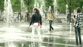 МОСКВА, РОССИЯ - 24-ОЕ МАЯ 2017 Девушки имея иметь потеху в фонтане парка лето города горячее Стоковая Фотография