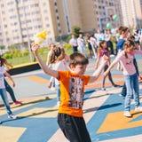 Москва, Россия - 22-ое мая 2019: Дети танцуя в школе на празднике в школьном дворе Фокус на мальчике стоковое фото rf